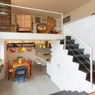 Imagen de escalera recta, minimalista, pequeña, con escalones de pizarra, contrahuellas de pizarra y barandilla de metal