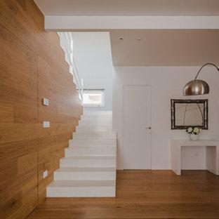 Ejemplo de escalera boiserie, minimalista, con barandilla de metal y boiserie