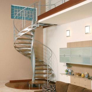 Ejemplo de escalera de caracol, bohemia, pequeña, sin contrahuella, con escalones de madera