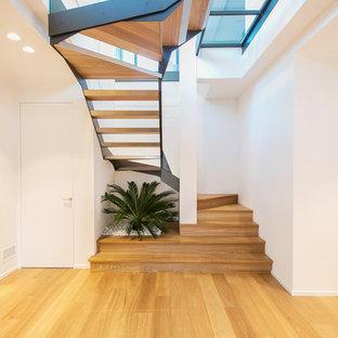 Idéer för att renovera en stor funkis u-trappa i trä, med öppna sättsteg