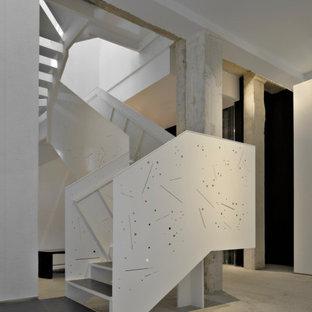 Ejemplo de escalera en U, mediterránea, grande, sin contrahuella, con escalones de pizarra y barandilla de metal