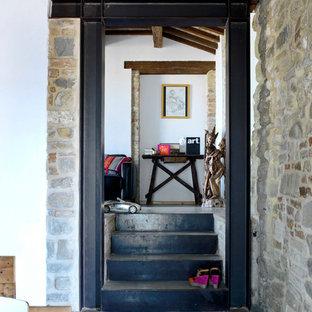 Ejemplo de escalera recta, de estilo de casa de campo, pequeña, con escalones de hormigón y contrahuellas de metal