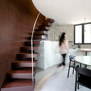 Diseño de escalera curva, contemporánea, pequeña, con escalones de metal y contrahuellas de metal