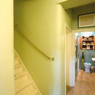 他の地域の小さいフローリングのエクレクティックスタイルのおしゃれな直階段 (フローリングの蹴込み板) の写真