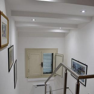 Exempel på en modern trappa i akryl, med räcke i metall