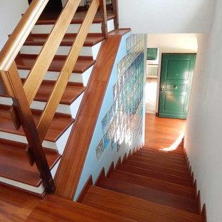Imagen de escalera recta, marinera, de tamaño medio, con escalones de madera y contrahuellas de madera