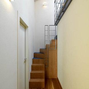 Inspiration för små moderna svängda trappor i akryl, med sättsteg i trä och räcke i metall