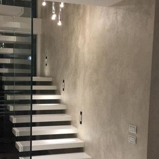 Gerade Moderne Treppe mit Acrylglas-Treppenstufen und Glasgeländer in Sonstige