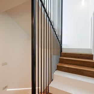 """Idee per una scala a """"U"""" design con pedata in legno, alzata in legno e parapetto in metallo"""