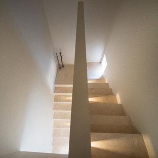 """Immagine di una scala a """"U"""" contemporanea di medie dimensioni con pedata in travertino, alzata in travertino e parapetto in materiali misti"""