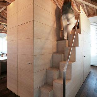 Foto di una scala a rampa dritta minimal con pedata in legno e alzata in legno