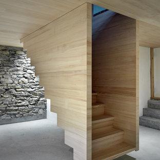 Immagine di una scala a rampa dritta stile rurale di medie dimensioni con pedata in legno, alzata in legno e parapetto in legno