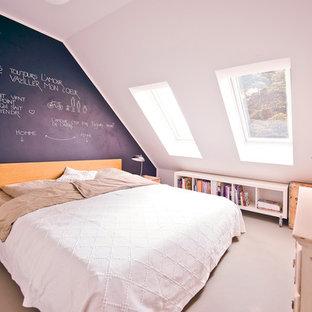 Kleines Klassisches Hauptschlafzimmer Ohne Kamin Mit Schwarzer Wandfarbe  Und Betonboden In München