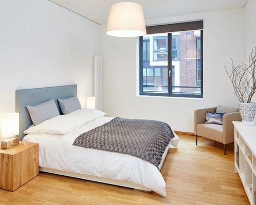 mittelgroes modernes hauptschlafzimmer ohne kamin mit weier wandfarbe und hellem holzboden in hamburg - Schlafzimmer Ideen Modern