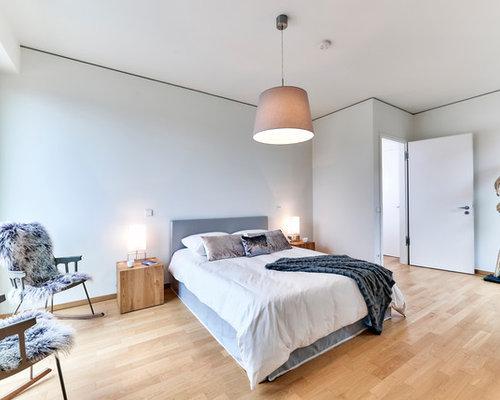 Großes Skandinavisches Hauptschlafzimmer Mit Grauer Wandfarbe, Hellem  Holzboden Und Braunem Boden In Hamburg