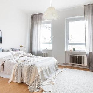 Mittelgroßes Skandinavisches Hauptschlafzimmer ohne Kamin mit weißer Wandfarbe, Laminat und beigem Boden in Berlin