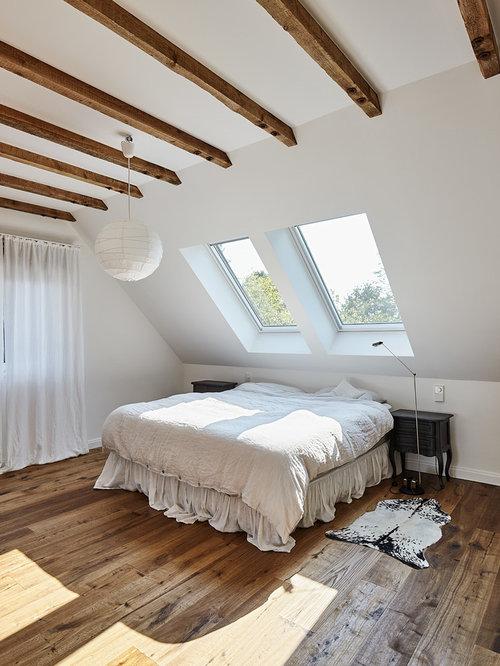Mittelgroßes Landhausstil Hauptschlafzimmer Mit Weißer Wandfarbe Und  Dunklem Holzboden In Düsseldorf