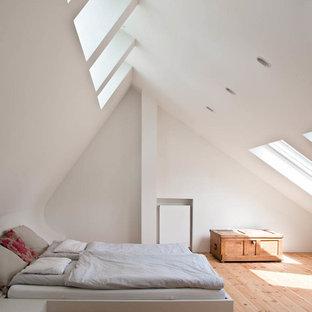 Свежая идея для дизайна: большая хозяйская спальня на мансарде в скандинавском стиле с белыми стенами, светлым паркетным полом и коричневым полом - отличное фото интерьера