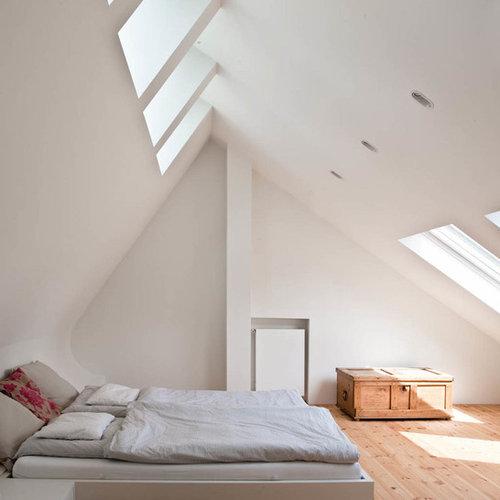 Großes Nordisches Hauptschlafzimmer Mit Weißer Wandfarbe, Hellem Holzboden  Und Braunem Boden In Hamburg