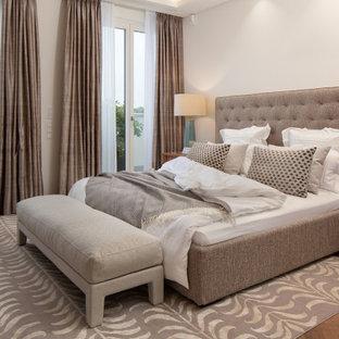 Großes Modernes Hauptschlafzimmer mit weißer Wandfarbe und braunem Boden in Berlin
