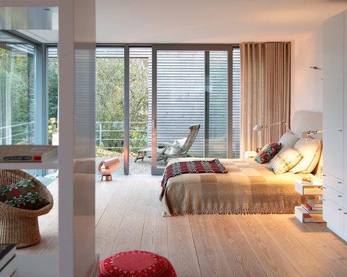 Mittelgroßes Modernes Hauptschlafzimmer Ohne Kamin Mit Weißer Wandfarbe Und  Braunem Holzboden In Hamburg