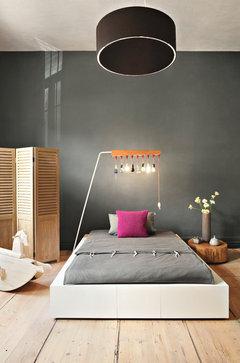 Bett in Wohn- und Schlafzimmer