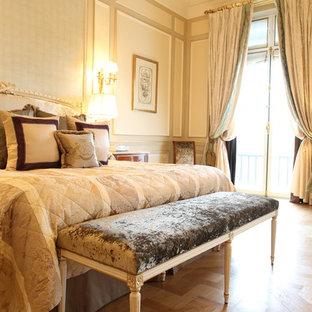 Esempio di una grande camera matrimoniale tropicale con pareti beige, pavimento in legno massello medio e nessun camino