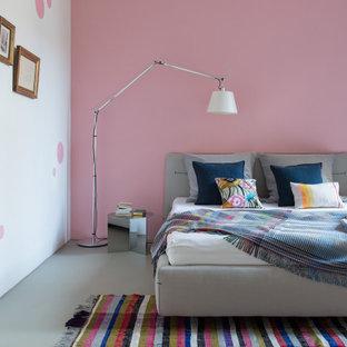 Modernes Schlafzimmer mit rosa Wandfarbe und grauem Boden in Berlin