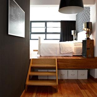 Diseño de dormitorio principal, nórdico, de tamaño medio, sin chimenea, con paredes negras y suelo de madera en tonos medios