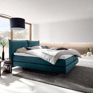 Неиссякаемый источник вдохновения для домашнего уюта: спальня в современном стиле с белыми стенами, бежевым полом и полом из линолеума без камина