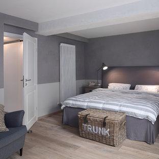 Mittelgroßes Maritimes Hauptschlafzimmer ohne Kamin mit blauer Wandfarbe, hellem Holzboden und beigem Boden in Bremen