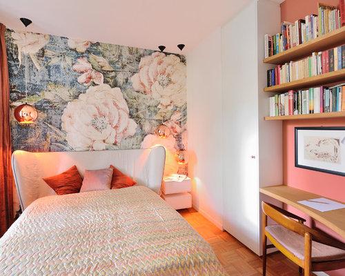 Kleines Retro Gästezimmer Ohne Kamin Mit Weißer Wandfarbe, Braunem  Holzboden Und Braunem Boden In München