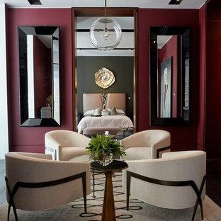 Modernes Schlafzimmer mit roter Wandfarbe, dunklem Holzboden und braunem Boden in Frankfurt am Main