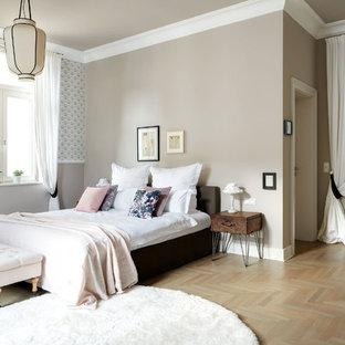 Mittelgroßes Klassisches Schlafzimmer ohne Kamin, im Loft-Style mit beiger Wandfarbe, braunem Holzboden und beigem Boden in Berlin