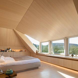Ispirazione per una grande camera matrimoniale moderna con pareti bianche, parquet chiaro e pavimento bianco