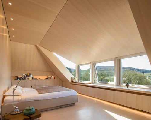 Großes Modernes Hauptschlafzimmer Mit Weißer Wandfarbe, Hellem Holzboden  Und Weißem Boden In Sonstige