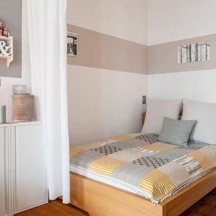 Kleines Skandinavisches Schlafzimmer im Loft-Style mit hellem Holzboden und weißer Wandfarbe in Berlin