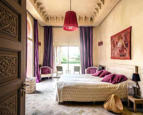 Großes Mediterranes Hauptschlafzimmer Ohne Kamin Mit Beiger Wandfarbe Und  Beigem Boden In Sonstige