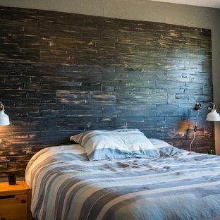 ハノーファーの小さいラスティックスタイルのおしゃれな主寝室 (黒い壁)