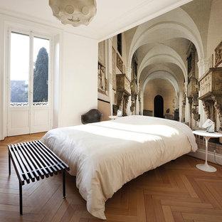 Stilmix Schlafzimmer Mit Weißer Wandfarbe Und Braunem Holzboden In  Frankfurt Am Main