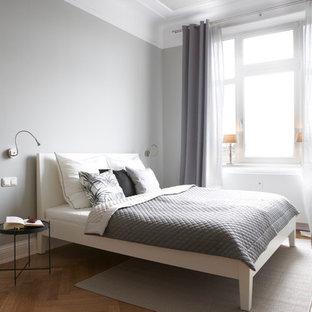 Mittelgroßes Modernes Schlafzimmer Mit Grauer Wandfarbe Und Hellem  Holzboden In Hamburg