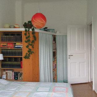 ベルリンの中サイズのエクレクティックスタイルのおしゃれな主寝室 (緑の壁、コルクフローリング、茶色い床)