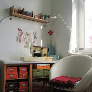 Ejemplo de dormitorio principal, bohemio, de tamaño medio, con paredes verdes, suelo de corcho y suelo marrón