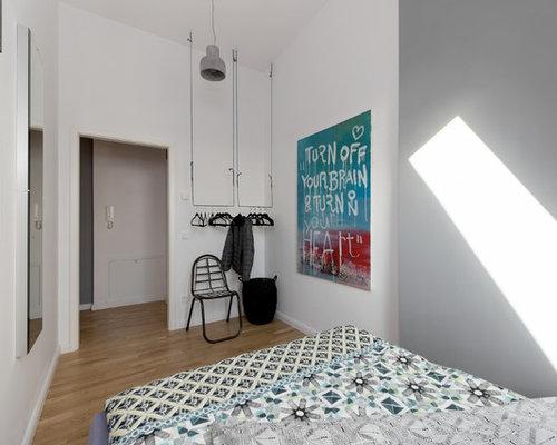 Kleines Modernes Schlafzimmer Ohne Kamin Mit Weißer Wandfarbe Und Braunem  Holzboden In Berlin