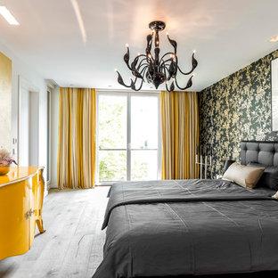 Eklektisches Hauptschlafzimmer mit bunten Wänden und hellem Holzboden in Hamburg