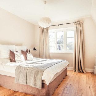 Großes Modernes Hauptschlafzimmer ohne Kamin mit rosa Wandfarbe, hellem Holzboden und braunem Boden in Hamburg