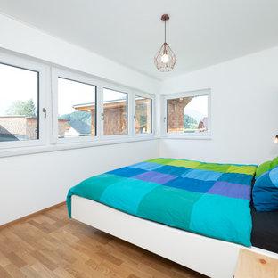 Großes Modernes Hauptschlafzimmer Mit Weißer Wandfarbe, Braunem Boden Und  Braunem Holzboden In Nürnberg