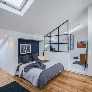 Idee per una camera da letto industriale di medie dimensioni con pareti bianche, pavimento in legno massello medio e pavimento marrone