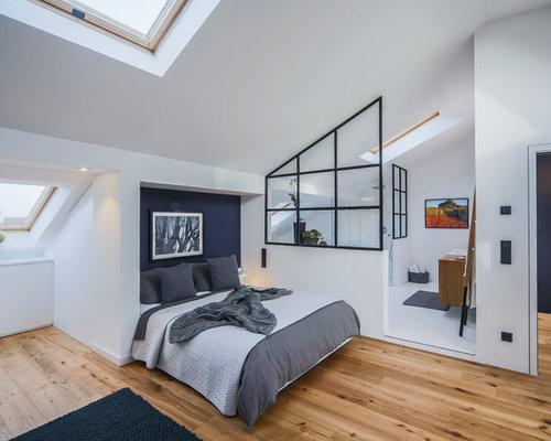 Mittelgroßes Industrial Schlafzimmer Mit Weißer Wandfarbe, Braunem  Holzboden Und Braunem Boden In Düsseldorf