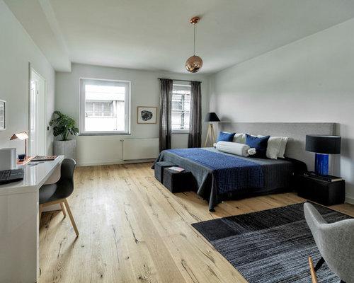 Großes Modernes Hauptschlafzimmer Ohne Kamin Mit Weißer Wandfarbe, Braunem  Holzboden Und Braunem Boden In Düsseldorf